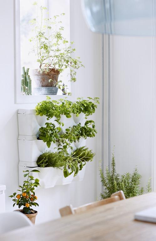 Til køkkenet er en grøn køkkenurtevæg en skøn måde at integrere planterne i rummet. Hér et eksempel fra Dorthe Kvists køkken - foto Martin Slyst. Via meltdesignstudio.com