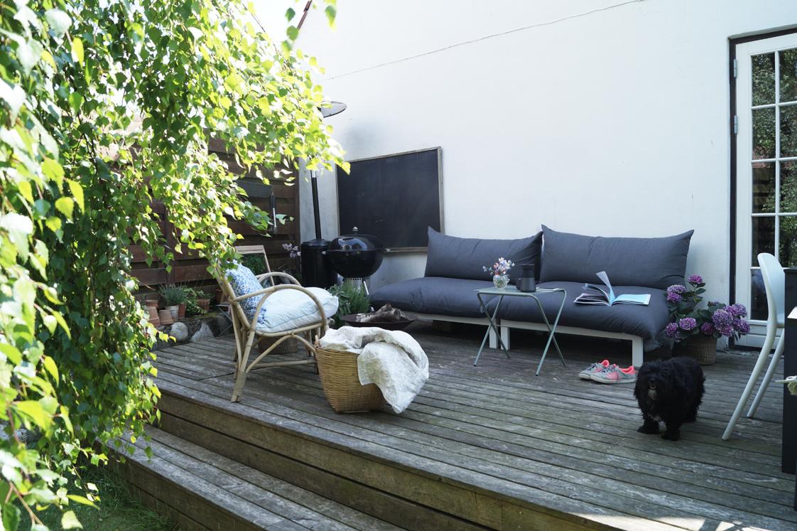 Lounge i stuen og i haven...