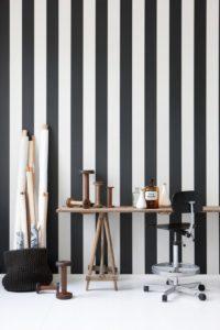 striber-sort-hvid-ferm-living-tapeteksperten-dk-tapet-tapeter-fotostat-indretning-bolig-boligindretning-design-interic3b8r-malin