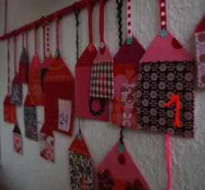 pakkekalender-perleplader-tal-huse-karenmarie-nu-jul-julepynt-24-pakker-julekalender-bc3b8rnevc3a6relet-indretning-interic3b8r-g