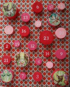 pakkekalender-karenmarie-nu-jul-julepynt-24-pakker-julekalender-bc3b8rnevc3a6relet-indretning-interic3b8r-gaver-boligcious2