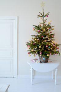 juletrae-pynt-pyntning-jul-julepynt-spinkelt-trae-farver