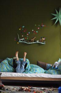 diy-boernevaerelse-drengvaerelse-indretning-opbevaring-hylde-leg-seng