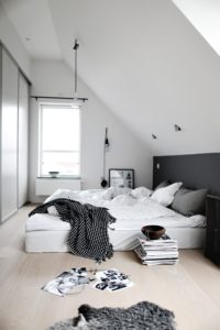 sovevaerelse-indretning-bolig-interior-seng-skraa-vaegge-home-decor-bedroom
