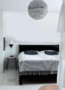 indretning-bedroom-sovevaerelse-sort-hvid-grafisk