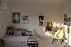 signe-lille-lejlighed-bolig-indretning-stue-seng-sofa-interior