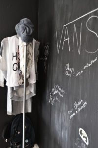 tavlelak-tavlevaeg-blackboard-wall-teenagerroom-teenvaerelse-toejstativ-clotehingrack-vandroer-pipes