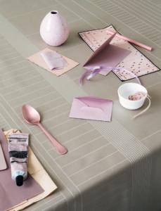 manz-tablecloth-cinnamon-dust-closeup_low