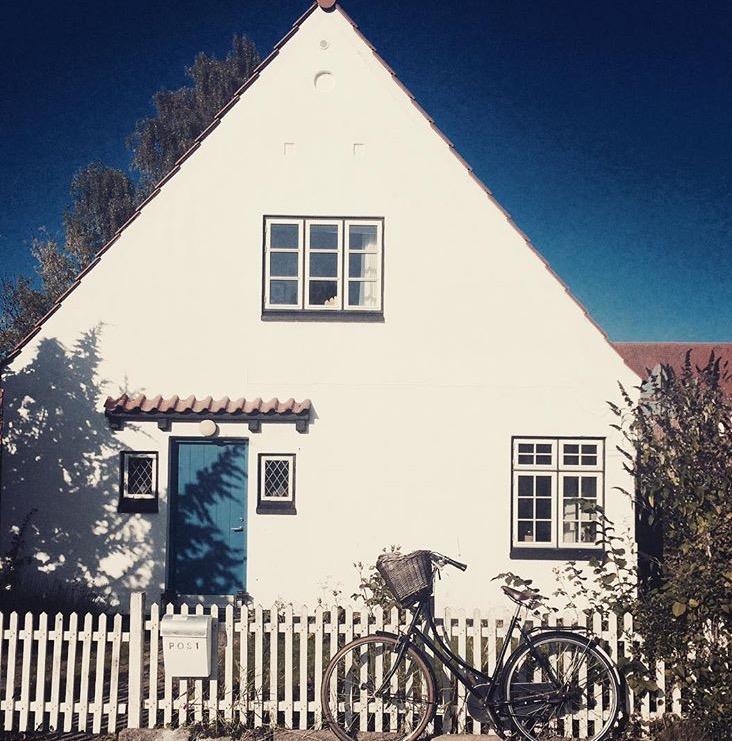 Mit lille hvide hus med den blå dør!
