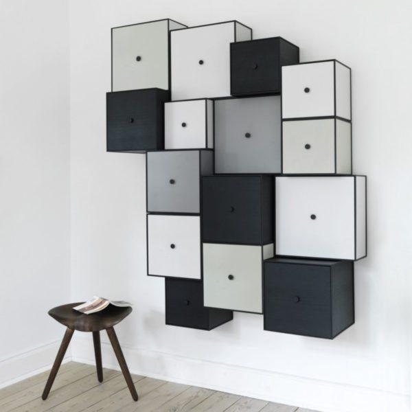 kubistiske skabe fra by Lassen monteret på væg. Skabene har forskellige farver og dybder så væggen ser 3 dimensionel ud