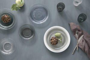 Smukke tallerkner i farvet glas fra Hammershøi serien af Kähler