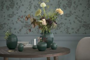 Hammershøi vasen fra Kahler på bord med smuk buket. Omkring står Hammersøi stager og mindre vaser. Alle i den nye smukke grønne farve