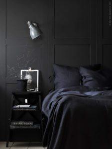 Mørkt smuk og stemningsfuldt soveværelse med væg beklædt med høje skiffer grå paneler. Panelerne er lavet af skabslåger fra Ikea