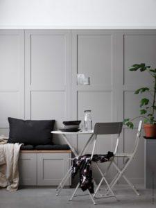 Stue med høje do it yoursel paneler. Panelerne er lavet af skabslåger fra IKEA monteret på væggen. Panelerne er lysegrå