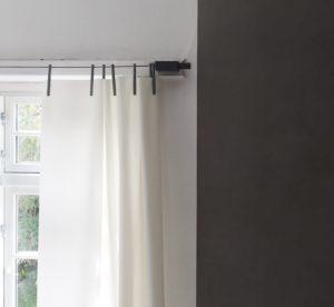 Ready made Curtain i hvid tekstil med gråt ophæng designet af Ronan & Erwan Bouroullec