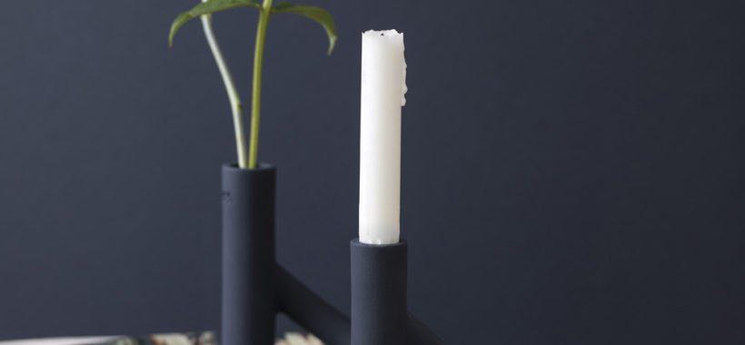 Et fint stilleben med Kählers toarmede lysestage i mørkeblå.