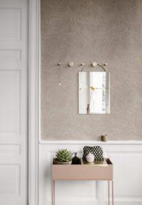 Entre med smukt pudderfarvet tapet og flotte marmorerede rund kanger fra Ferm Living
