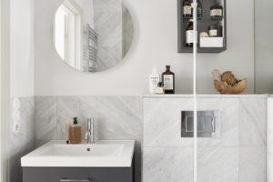 FLot lyst badværelse med marmor flisevæg