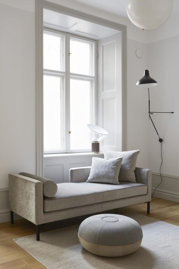 elegant daybed og flot grafisk lampe placeret i en lys stue