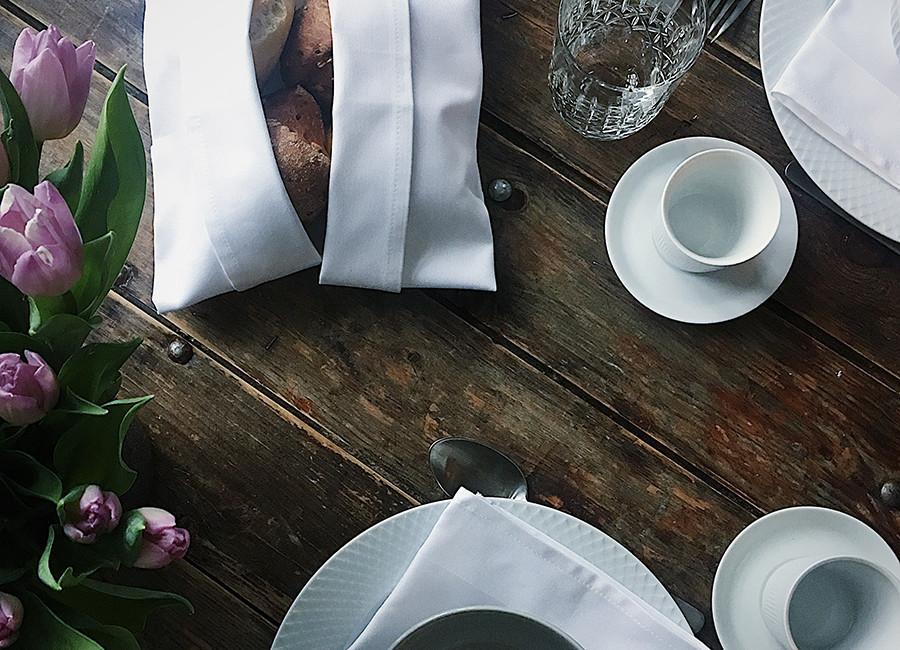 borddækning med serviet foldet som en brødkurv