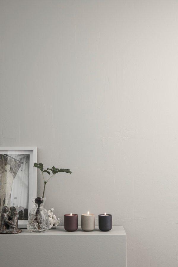 En hyllde med duftlys og vaser fra Ferm Living