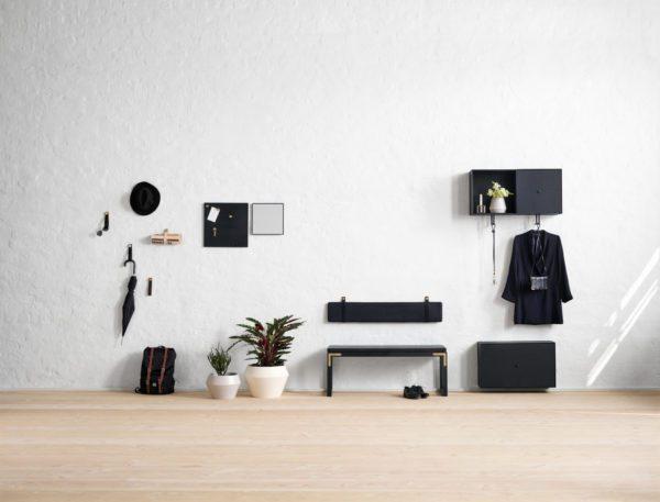 stor entré med by Lassen møbler. På væggen hænger by Lassens læderstropper som knager. På gulvet står en flot bænk og til højre hænger både overskabe til opbevaring og underskabe til sko.