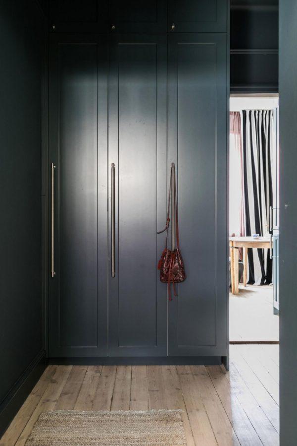 Walk in closet holdt i mørk grøn. Også skabsvæggen er malet i samme grønne farve som væggene.