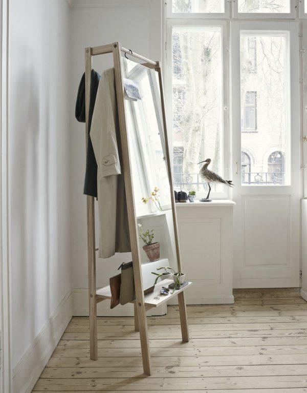 I entréen ses et nyt møbel som både har stort spejl, garderobeophæng og hylde i et. Møblet er fra Skagerak