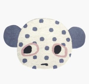 Nuttet gulvtæppe med ører, formet som en lille bjørn, med øre, øjne og blå prikker.