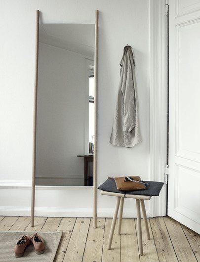 I entréen ses et flot højt gulvspejl og en lækker taburet med hynde. Begge dele i lyst træ fra Skagerak