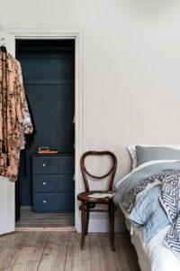på billedet ses et soveværelse med kig in i walk in closet hvor alt er malet en mørk grøn farve. Rigtig flot