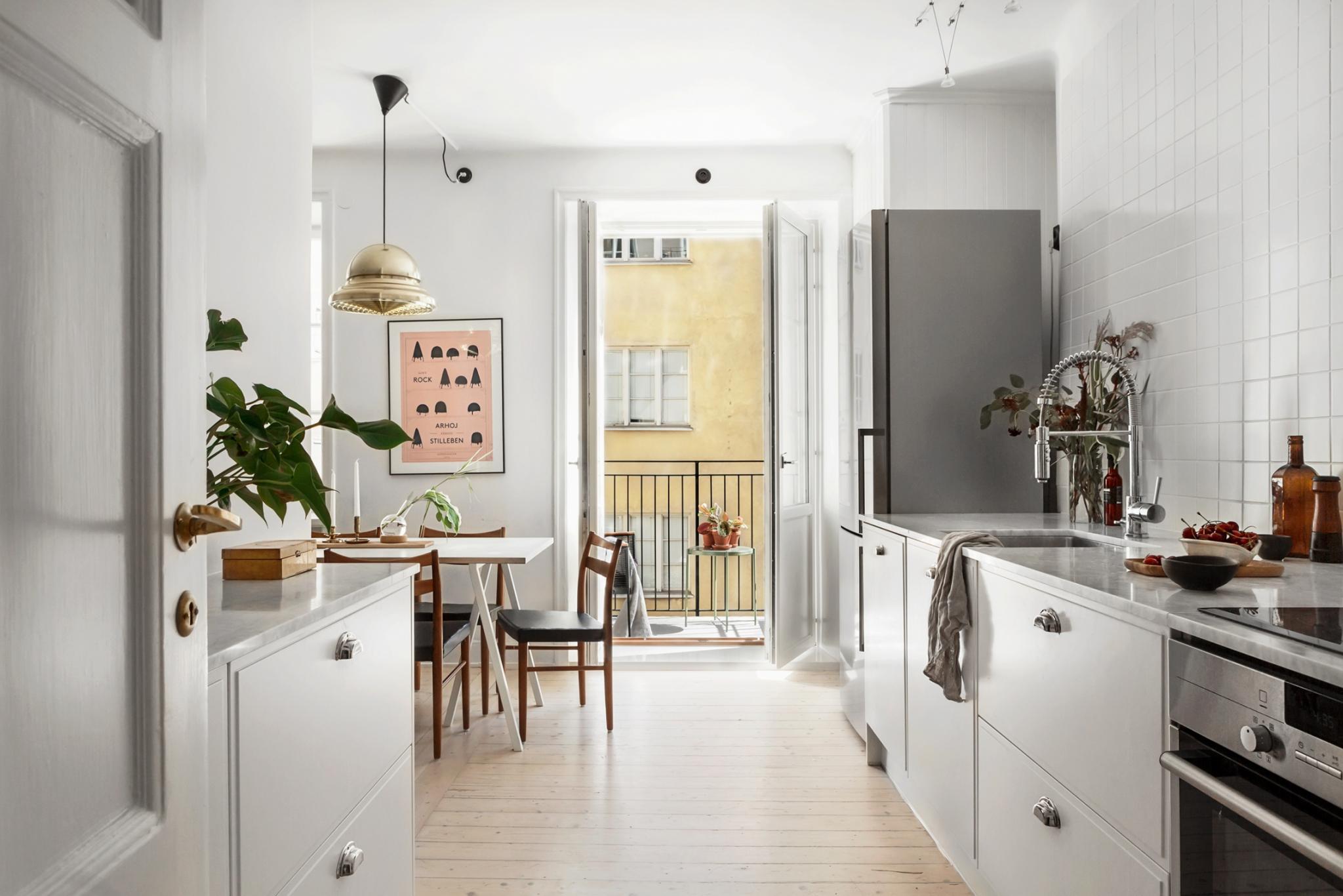 På billedet ses et køkken med spiseplads. Lyst og skandinavisk indrettet