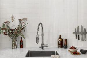 Køkkenvask med flisebeklædte vægge