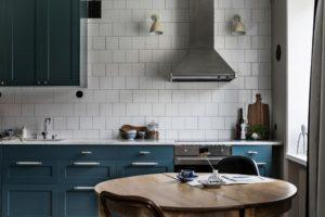 Køkken, stue, soveværelse og spisestue i et rum