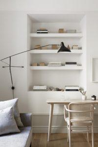 indbygget bogreol i stuen i forbindels med kontorplads.