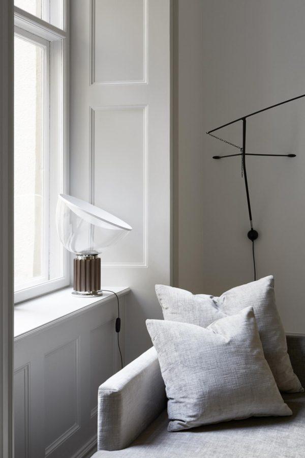 Hyggekrog i stuen med flot daybed og smuk og grafisk floss lampe