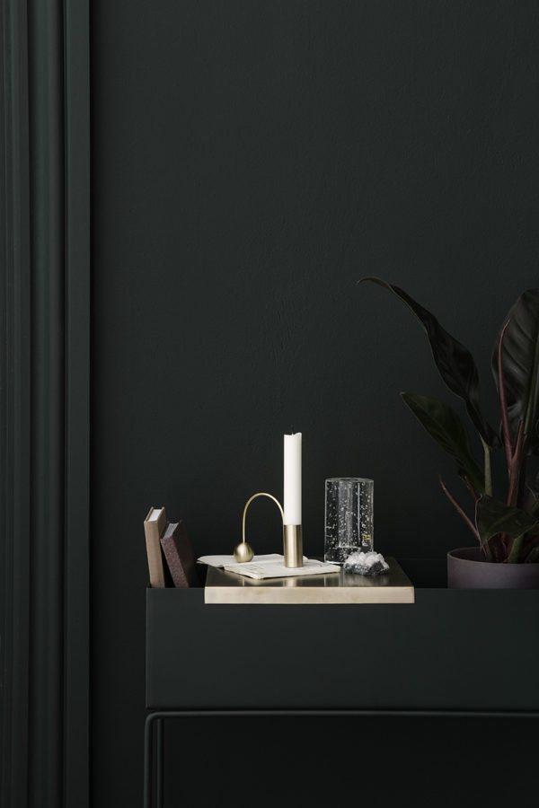 Fint stilleben med smuk og skulpturel lysestage i messing fra Ferm Living