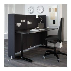 Her ses en arbejdsplads med afskærmning i grå filt. Afskærmning er både brugt for at isolere lyd men kan anvendes som oppsagstavle
