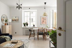 stue og spisestue i et rum. Billedet er fotograferet fra stuen og viser et flot og personligt spiseområde med spisebord og grafisk kunst på væggen.