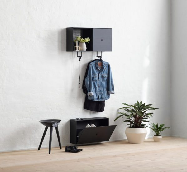 Entré med møbler fra By Lassen. Højt på væggen hænger Frame skabe med bøjlestang til overtøj. Under skabet hænger et smalt skoskab.