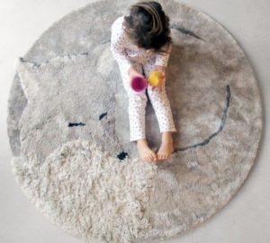 yndigt rundt gulvtæppe til børneværelset, illustrerer en slædehund der ligger rullet sammen og sover
