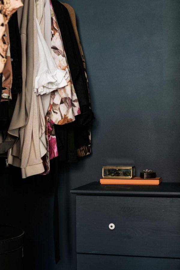 Et kig ind i en garderobe der er malet petroeumsblå