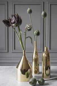 Slanke vaser i messing, ligner flasker