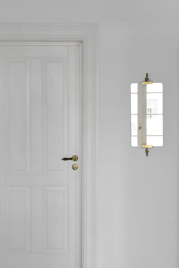 æstetisk foto skud fra en lejlighed. En smuk gammel fyldningsdør og et apoteker spejl på væggen