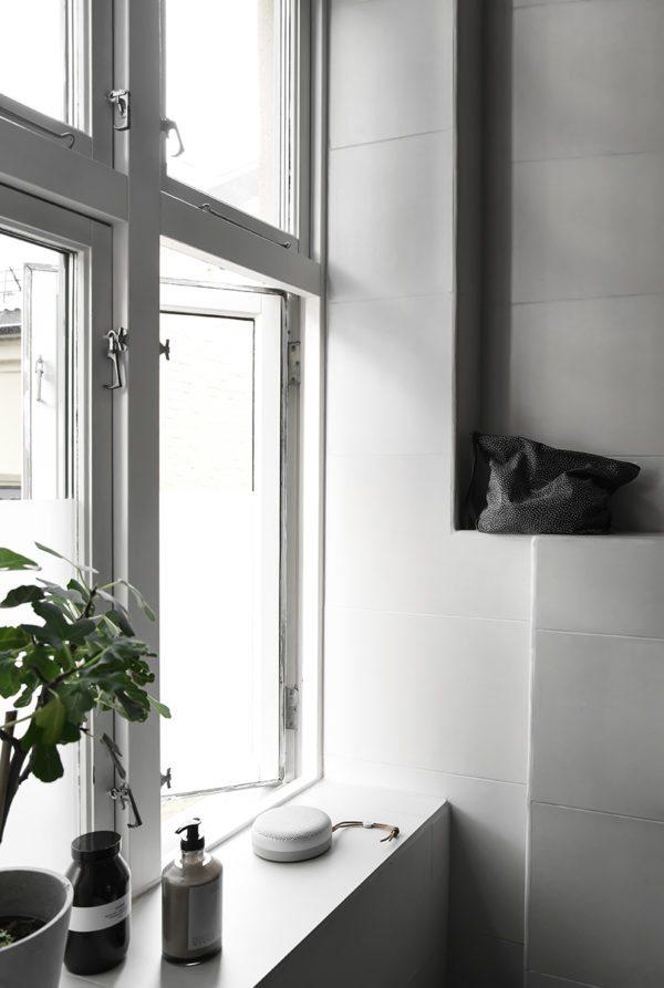 Vindueskarm med fliser på et badeværelse. Lidt lækkert nips i form af skunhedprodukter