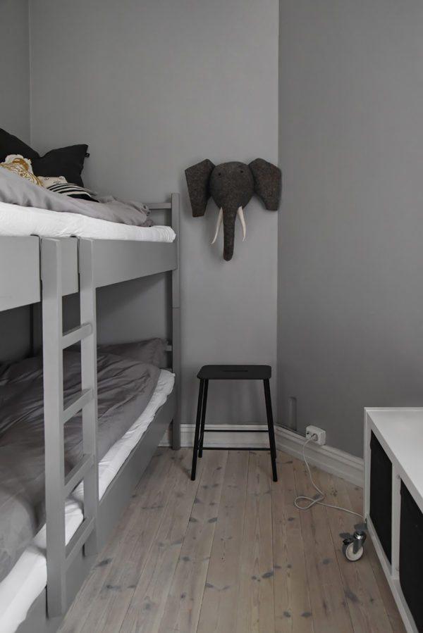 Super fint børneværelse med køjeseng. Seng og væg er holdt i samme grå farve