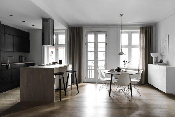 Minimalistisk køkken holde i sort, eg, hvid og sand farver