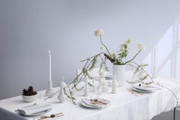 Smuk borddækning med julestemning. Alt er holdt i hvidt. På bordet ligger den smukke FInnsdottir dug fra Georg Jensen Damask.