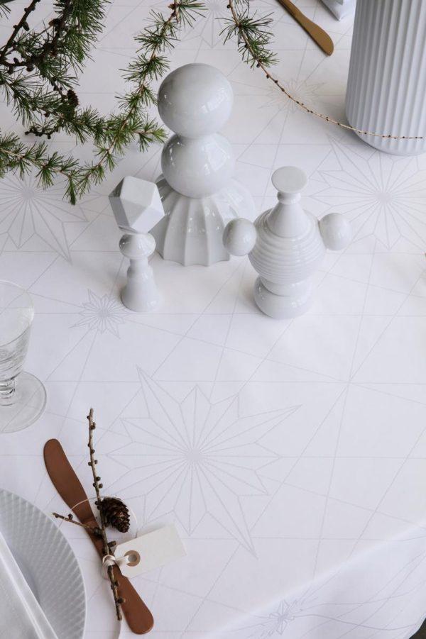 Nærbillede af Georg Jensen Damasks juledug designet af Finnsdottir. Dugen er hvid.