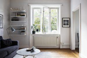 et kig ind i en lille stue med væghængte reoler